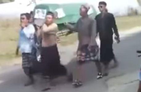 بالفيديو: سقوط الجثه على الارض اثناء